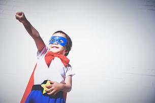 スーパーマンになりきっている男の子 FYI01034455