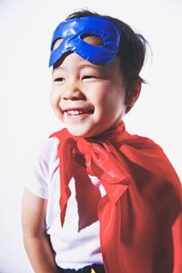 スーパーマンごっこをして楽しそうな子供 FYI01034515