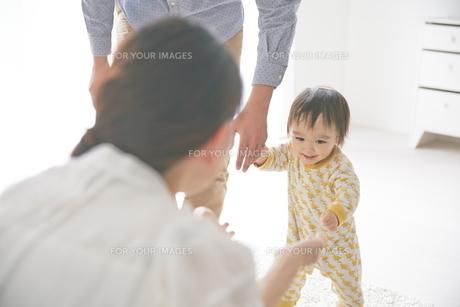 母親に向かって歩いている赤ちゃん FYI01034517
