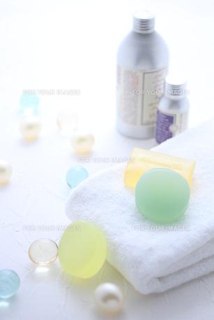 タオルと石鹸とバスキューブとボディパウダー FYI01037868