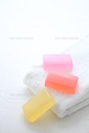 白いタオルと石鹸 FYI01037896