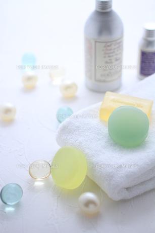 タオルと石鹸とバスキューブとボディパウダー FYI01037930