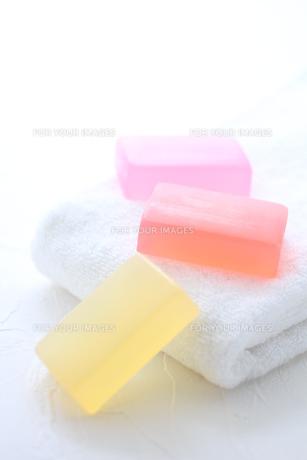 白いタオルと石鹸 FYI01037959