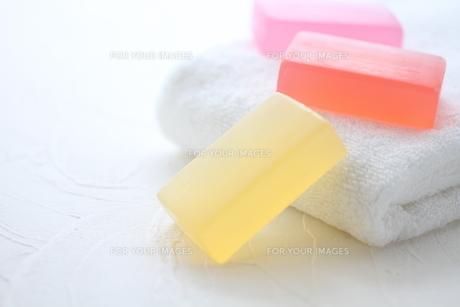 白いタオルと石鹸 FYI01038056