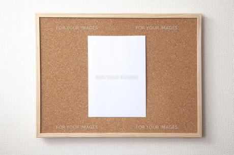 コルクボードとA4の紙 FYI01042500