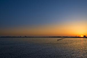 ふなばし三番瀬海浜公園の日没 FYI01057164