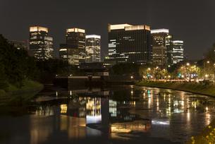 皇居外苑・桜田壕から八重洲ビル群の夜景 FYI01057169