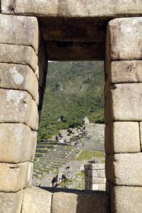 石組みの窓越しのマチュピチュ遺跡 FYI01062567