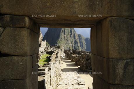 マチュピチュ遺跡の石組みの窓越しの遺跡 FYI01062803