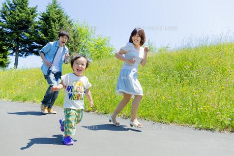 公園を走る息子と両親 FYI01075158