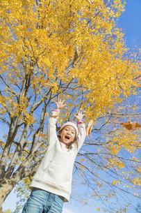 秋の公園で落葉を投げる女の子 FYI01075199