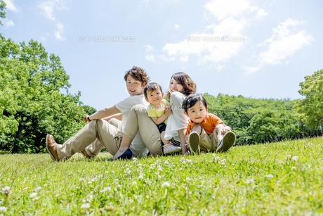 公園で遊ぶ4人家族 FYI01075476
