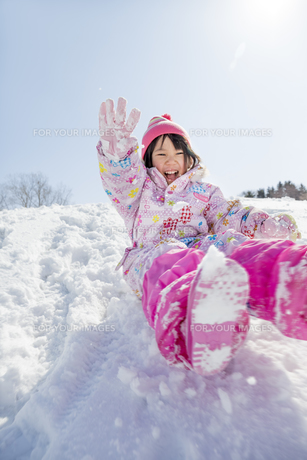 雪の公園で遊ぶ女の子 FYI01075484