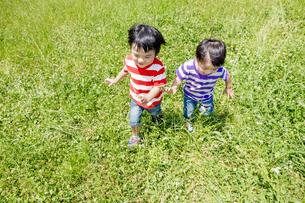 公園を走る男の子たち FYI01075538