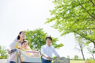 公園で自転車に乗る家族 FYI01075575