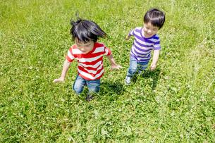 公園を走る男の子たち FYI01075624