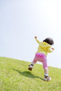 公園で遊ぶ女の子の後ろ姿 FYI01075627