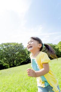 公園を走る女の子の素材 [FYI01075693]