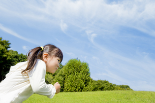 公園を走る女の子の素材 [FYI01075722]