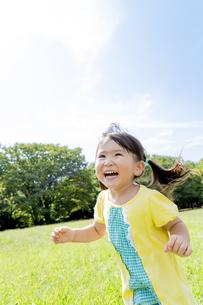 公園を走る女の子の素材 [FYI01075733]