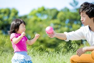公園で父親と遊ぶ娘 FYI01075746