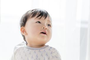 リビングで見つめる赤ちゃん FYI01075801