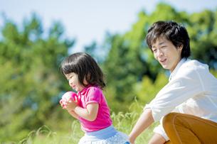 公園で父親と遊ぶ娘 FYI01075838