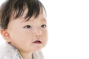 リビングで見つめる赤ちゃん FYI01075859