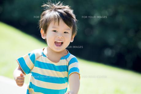 公園を走る男の子 FYI01075900