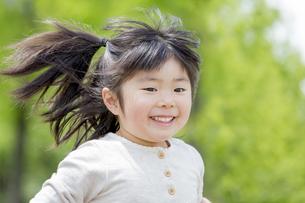 公園を走る女の子 FYI01075923