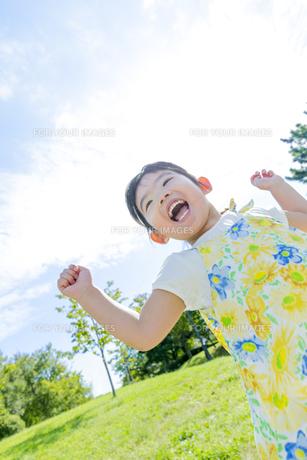 公園で遊ぶ女の子 FYI01075947