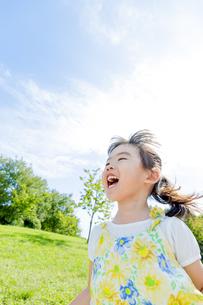 公園で遊ぶ女の子 FYI01075982