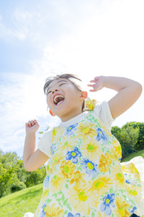 公園で遊ぶ女の子 FYI01076054