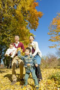 紅葉の公園で遊ぶ人家族 FYI01076057
