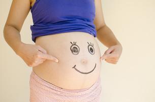 顔を描いた妊婦のお腹 FYI01076610
