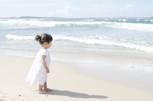 波打ち際にたたずむハーフの女の子 FYI01076632