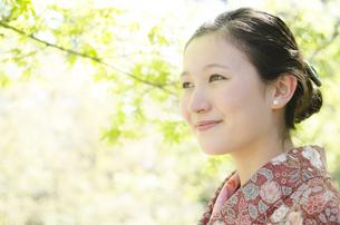 新緑の微笑む着物姿の女性 FYI01076688