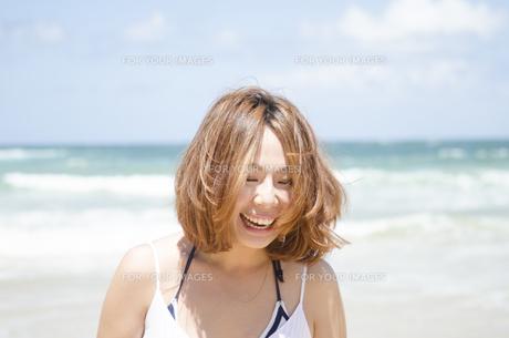 ビーチで笑う女性 FYI01076817