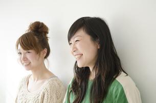 横に並んで笑う女性2人 FYI01076855