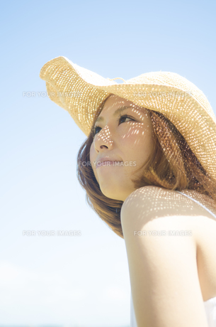 斜め上を見る笑う女性 Fyi01076856 気軽に使える写真イラスト素材
