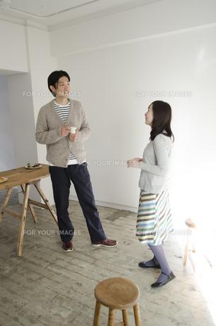 室内で立って話しているカップル FYI01076865