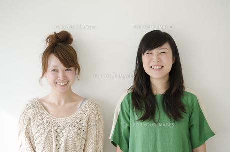 横に並んで笑う女性2人 FYI01076871