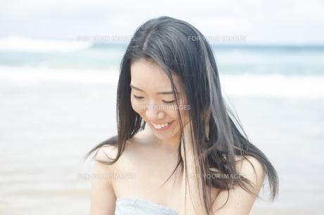 ビーチで微笑む女性 FYI01076884