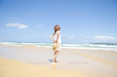 ビーチを歩く女性 FYI01076886