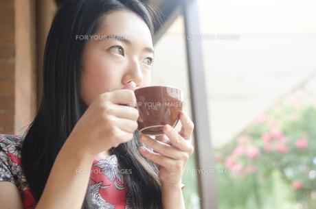 コーヒーを飲む黒髪の女性 FYI01076888