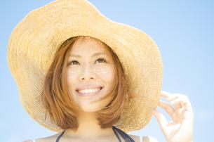 帽子を被って笑う女性 FYI01076890