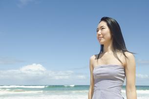 ビーチで遠くを見つめる黒髪の女性 FYI01076895