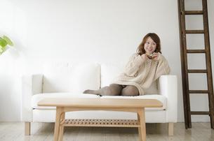 ソファの上でくつろぐ女性 FYI01076903