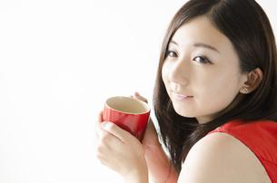 赤いカップを持つ女性 FYI01076910