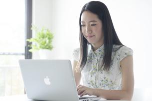 ノートパソコンを操作する女性 FYI01076913